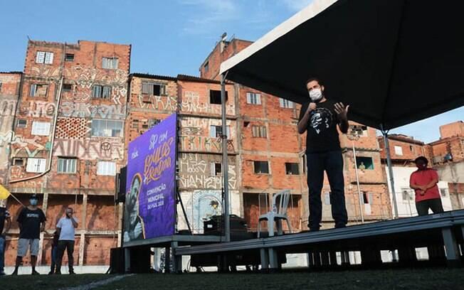 Guilherme Boulos discursa durante convenção no Morro da Lua, na Zona Sul de São Paulo