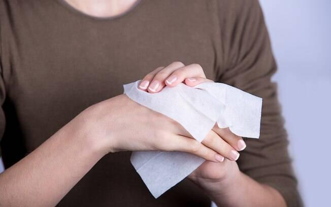 Ter lenços umedecidos na bagagem de mão ajuda a limpar a pele na falta de água e sabão