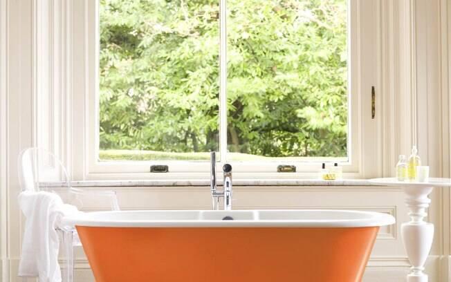 Uma banheira colorida muda completamente a cara do seu banheiro