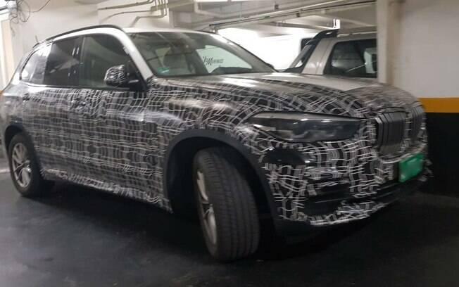 BMW X1 renovado é visto em estacionamento com placas de testes de Araquari (SC), onde fica a fábrica da marca