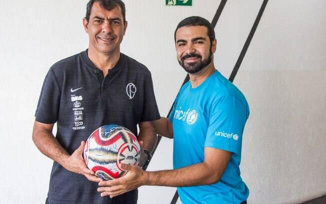 O treinador do Corinthians, Fábio Carille, foi uma das personalidades a assinarem a bola do Paulistão para o leilão