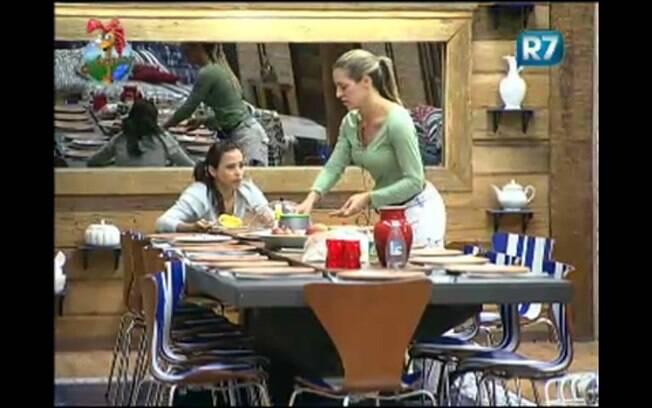 Joana conversa com Taciane enquanto chupam manga