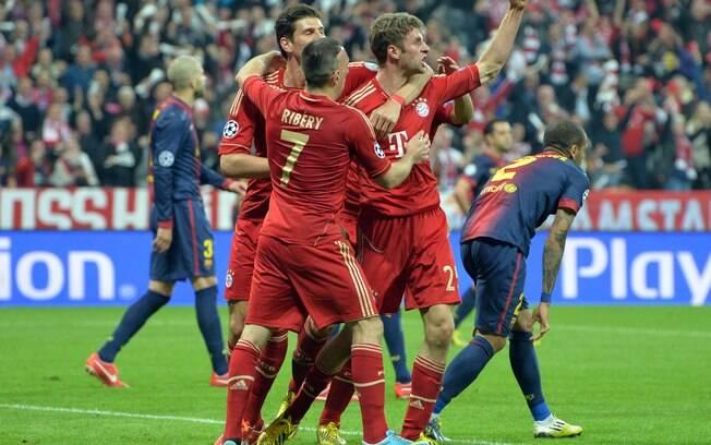 Jogadores do Bayern de Munique comemoram com  Thomas Mueller o gol que abriu o placar contra o  Barcelona