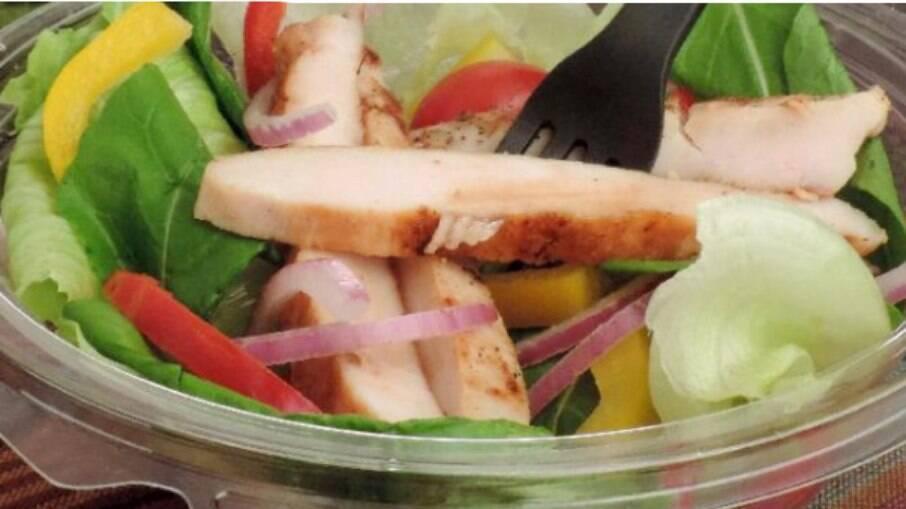 Quer uma receita fácil para o dia a dia? Então confira a salada pronta com frango: é saudável, deliciosa e muito prática!