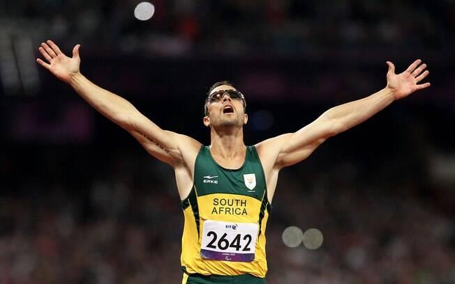 Oscar Pistorius comemora sua vitória na prova  dos 400 m nas Paraolimpíadas de Londres