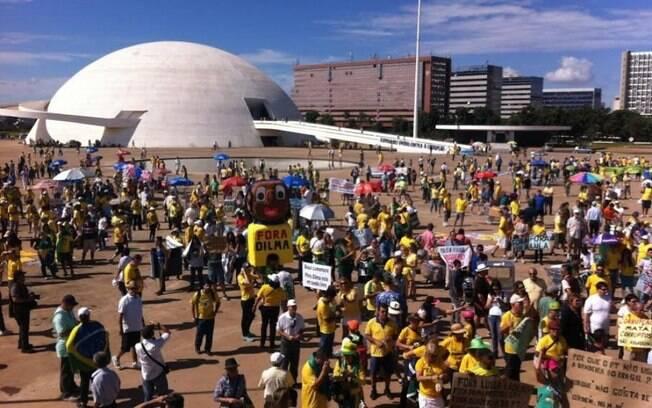 Cerca de mil pessoas, segundo a Polícia Militar do Distrito Federal, se concentram na manhã deste domingo (12) na Praça do Museu, região central de Brasília