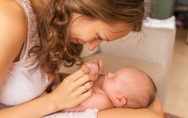Proponha brincadeiras que explorem os sentidos do recém-nascido e tenha um momento de diversão com seu filho