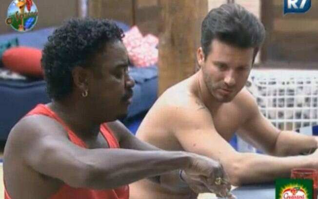 Marlon conversa com Compadre Washington na mesa