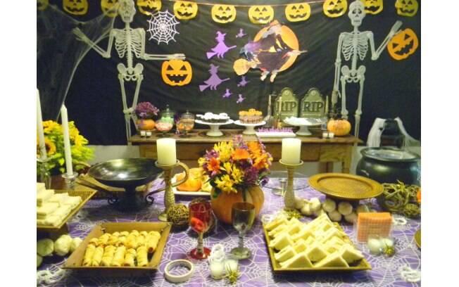 Mesa principal, com as comidas, para a festa com tema Halloween