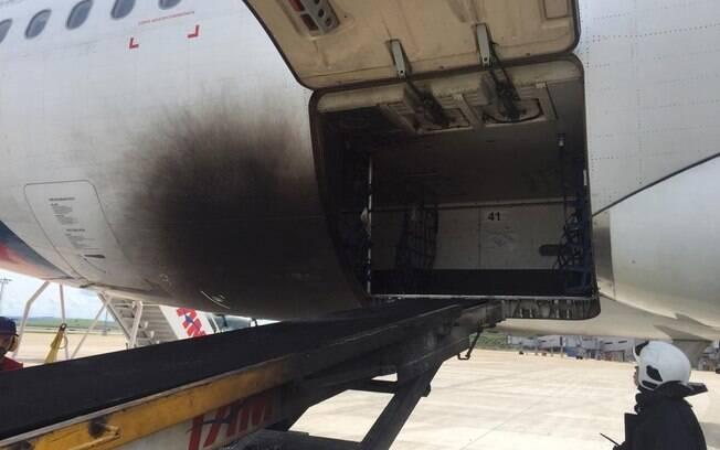 Equipamento de transporte de bagagem que pegou fogo estava ao lado do avião da Latam