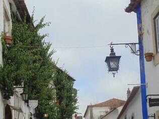 Ruelas. Charme da cidade  pode ser conferido em um passeio a pé pela rua principal que leva ao castelo