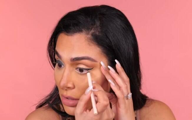 Outro truque de maquiagem para deixar os olhos maiores é fazer um delineado e usar lápis creme na linha d'água do olho