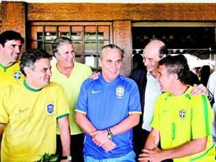 Apoios. O senador Aécio Neves se encontrou com atletas do futebol, vôlei e artistas para torcer pela seleção brasileira na tarde de ontem