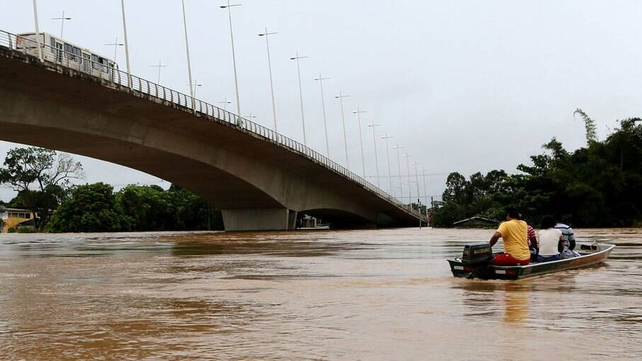 Rio acre transborda e deixa desabrigados