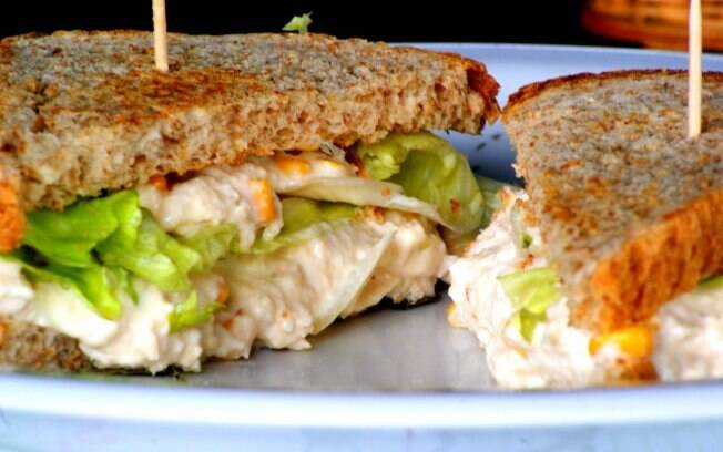 Foto da receita Sanduíche de frango desfiado pronta.