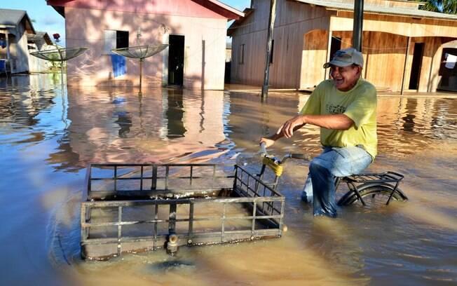 Morador tenta se locomover em meio à cheia; prefeitura diz que, neste domingo (1º), rio seguia subindo. Foto: Asscom Prefeitura de Tarauacá