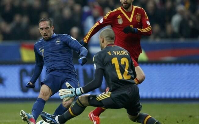 O francês Ribery tenta superar o goleiro  Valdés, no duelo realizaod no Stade de France,  vencido pela Espanha por 1 a 0