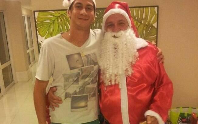 O meia são-paulino Ganso também postou uma  foto ao lado do Papai Noel