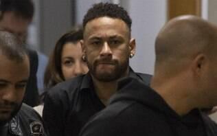 Usando muletas, Neymar chega à delegacia em SP para depor sobre caso de estupro