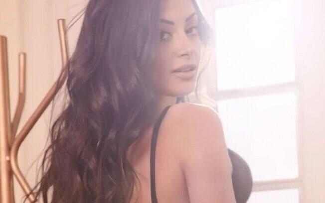Aline Riscado posa de lingerie, mostra tatuagens e ganha elogios