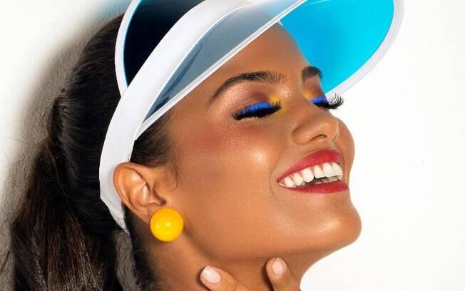 Para reproduzir uma ideia de maquiagem para o carnaval mais colorida, é importante saber combinar as cores sem exagero