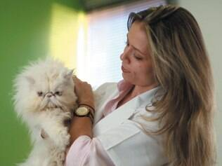 Veterinária Fabiana Reis defende que tratar bichos como gente traz sofrimento às mascotes