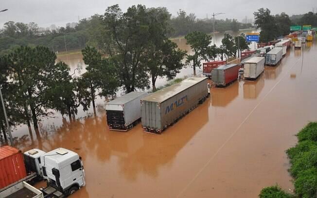 Uma forte chuva causa vários alagamentos, engarrafamentos e interrupção de linhas de trem da CPTM nas cidade de São Paulo e Osasco