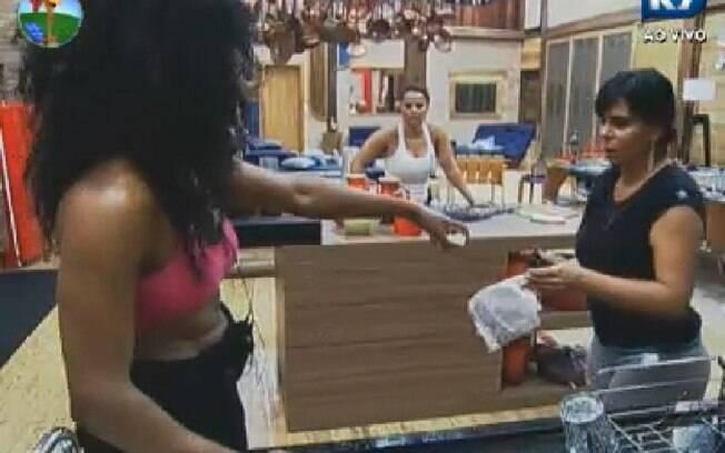 Gretchen ajuda Simone Sampaio na cozinha: