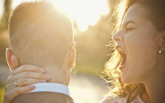 Noiva xingou seus convidados e disse que foi apunhalada pelas costas porque não quiseram ajudá-la a se casar