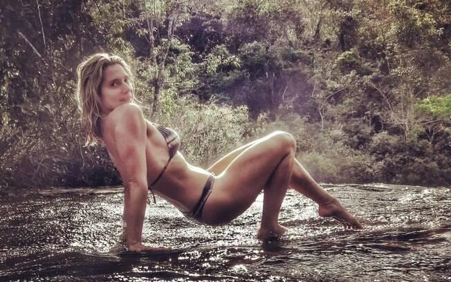Letícia Spiller sensualiza ao mostrar sua beleza natural em uma cachoeira e recebe uma chuva de elogios dos fãs