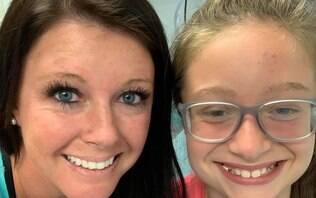 """Mulher conta que irmã desmaiou enquanto mexia em seu cabelo: """"Assustador"""""""