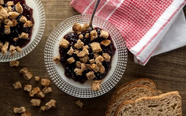Que tal fazer um café da manhã saudável e diferente? A panacotta de iogurte e crocante é uma opção