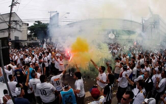 Torcedores do Santos fazem festa em frente à  Vila Belmiro, antes da final diante do  Corinthians