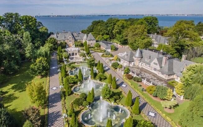 Cheia de chafarizes e com um jardim deslumbrante, a mansão em Kings Point inspirou os cenários do filme