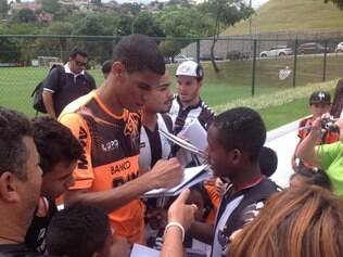 Leonardo Silva distribui autógrafos na Cidade do Galo