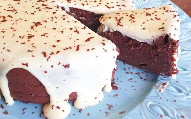 Bolo mousse gelado de chocolate com calda de Leite Ninho fake low-carb