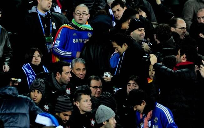 Tite, ao lado de Edu demais corintianos,  assiste à vitória do Chelsea na semifinal do  Mundial