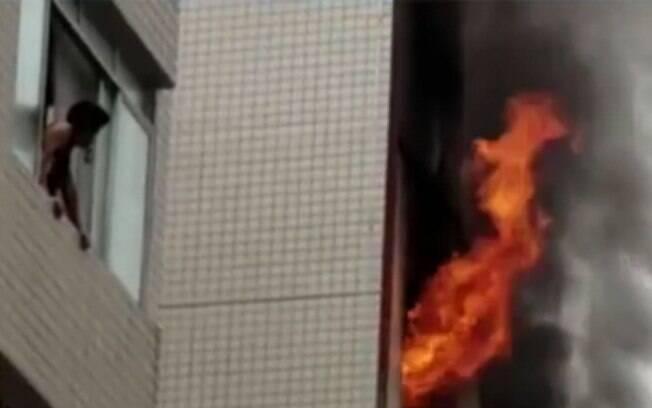 Segundo o Corpo de Bombeiros,  incêndio em prédio no litoral paulista foi causado por celular superaquecido