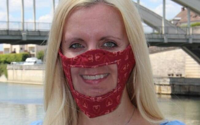 Mulher usando máscara transparente