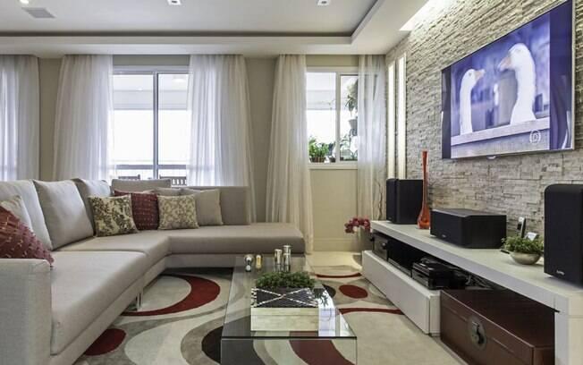 Tapete e sofá colaboram para absorver bem o som e criar mais conforto neste projeto de Cristiane Schiavoni