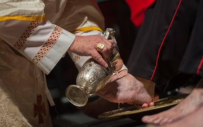 Missa de lava-pés realizada em catedral católica londrina no dia 18 de abril do ano passado