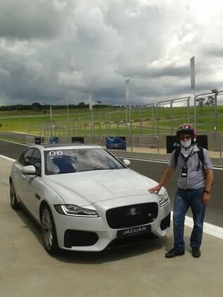 Chega a hora de eu acelerar o Jaguar XF S na pista, de balaclava e capacete