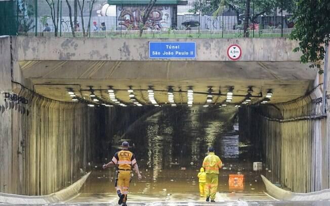 Chuva forte alagou o Túnel João Paulo II, no Vale do Anhangabaú, região central da capital paulista