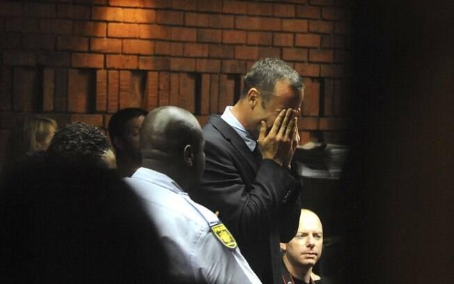 Oscar Pistorius chora no tribunal, no dia 15  de fevereiro, após ser acusado de matar a  namorada