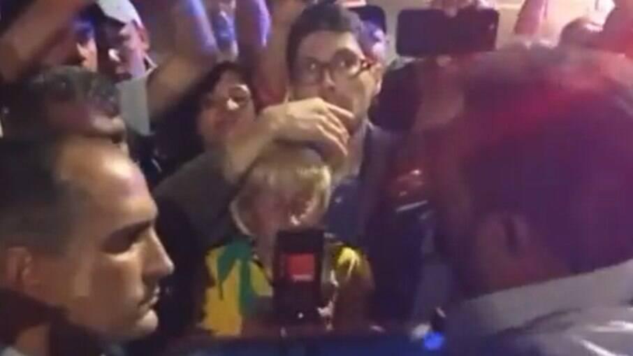 Deputado Otoni de Paula tenta tirar manifestantes da Esplanada