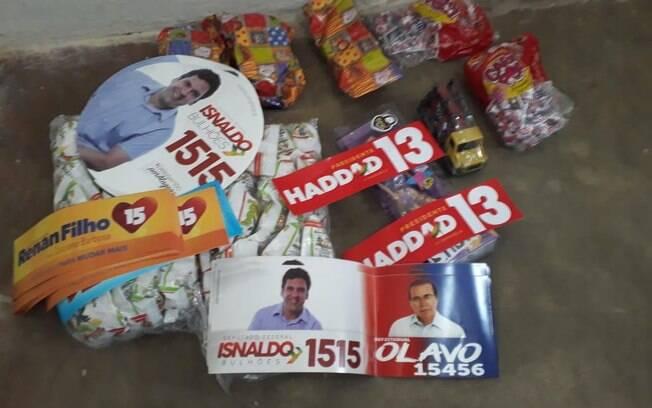Vereadora do PSL estava distribuindo lanches e brindes a eleitores com adesivos de Fernando Haddad