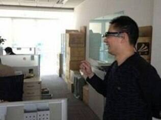 Imagem mostra funcionário do Baidu testando óculos dentro da empresa