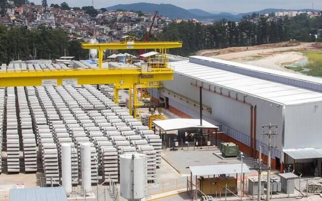 A fábrica de aduelas, segmentos que compõem os anéis de concretos na construção de túneis