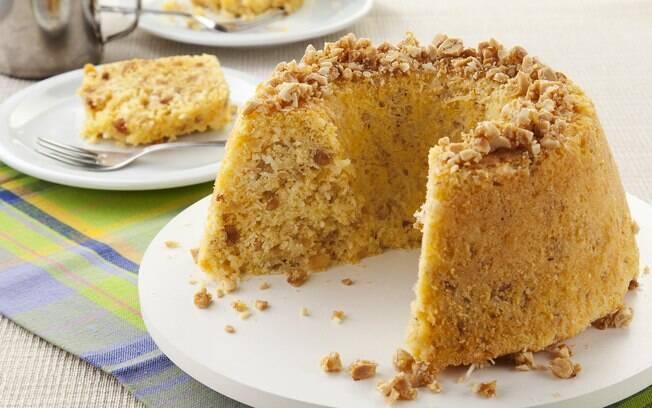 O bolo de pé de moleque é uma sobremesa que agrada qualquer paladar. Confira como fazer essa delícia