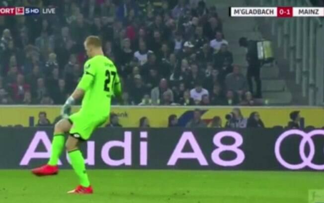 Goleiro do Mainz erra a bola e chuta o vento em partida do Campeonato Alemão